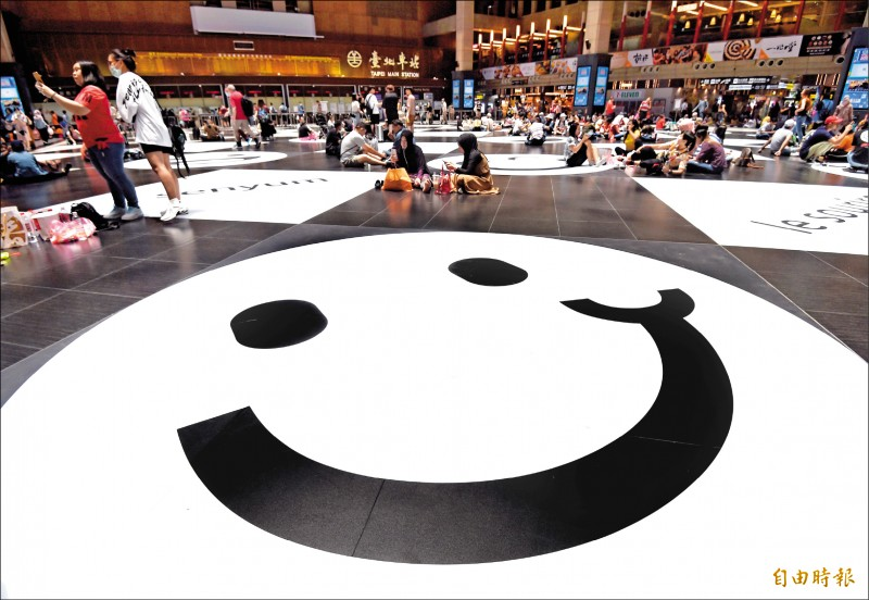 台北車站以微笑地貼改造大廳,希望展現台北車站的多元、友善及包容性。(記者簡榮豐攝)