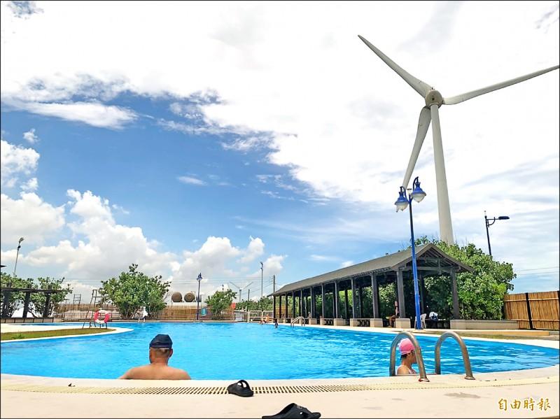 大安濱海旅客中心委外商改建游泳池,風景超吸睛。(記者唐在馨攝)