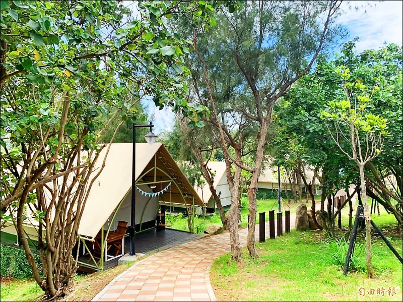 大安濱海旅客中心及周邊設施委外商引進豪華帳篷露營區。(記者唐在馨攝)