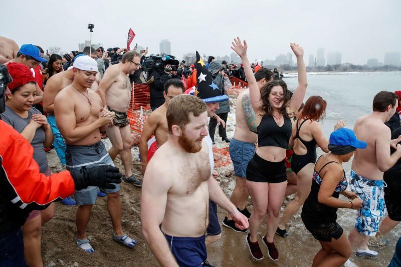 美國密西根湖7日4日舉行慶祝活動,數百人參加後有多人陸續確診武漢肺炎(新型冠狀病毒病,COVID-19)。密西根州過去活動人潮示意圖。(路透)
