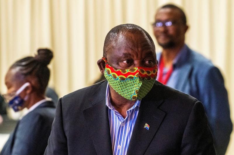 為因應惡化的武漢肺炎疫情,南非宣布一系列防疫措施,重新禁止銷售酒精飲料,以及在13日起實施宵禁。圖為南非總統拉瑪佛沙。(路透)