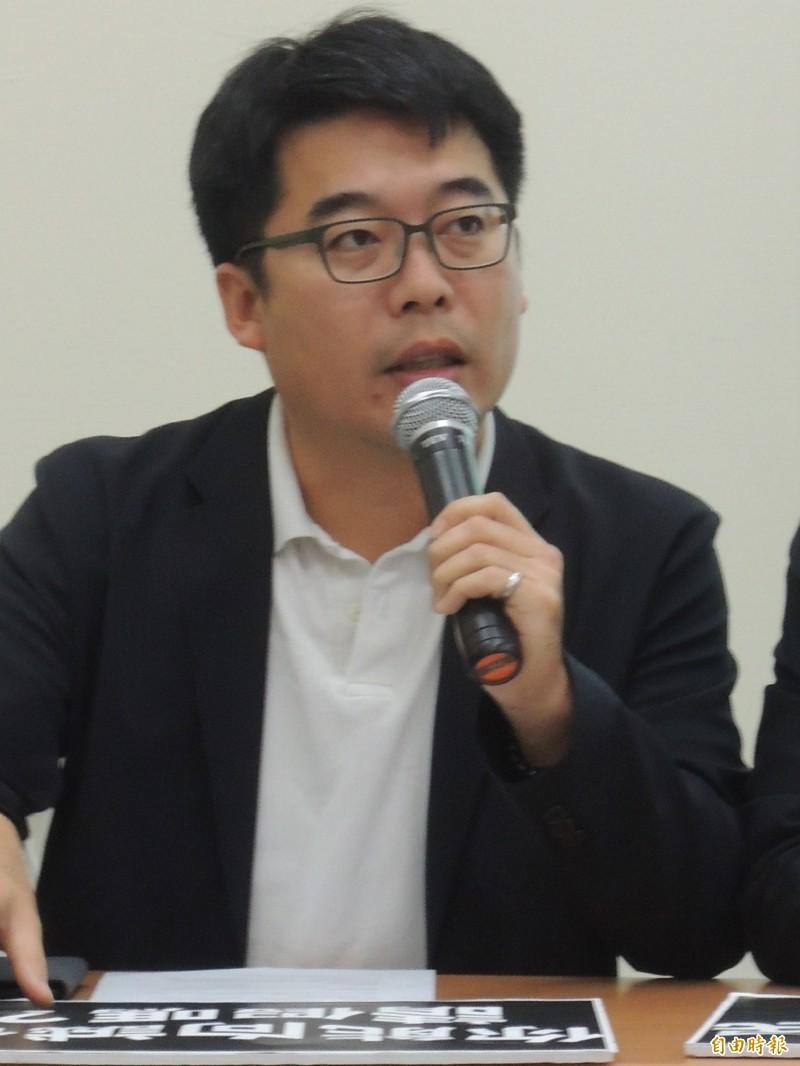 高市議員邱俊憲評論藍營上監院告陳菊是反效果,老是消費氣爆做選舉操作,終會招來市民唾棄。(記者王榮祥攝)