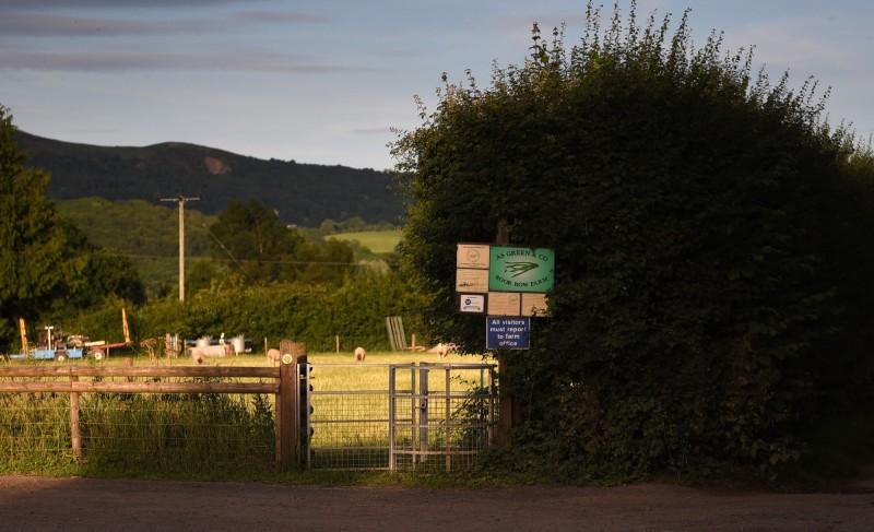 英格蘭公共衛生部12日表示,位於英國西米德蘭茲郡的一座農場爆發群聚感染,農場內共有近200名員工,目前至少有73人確診武漢肺炎。(歐新社)