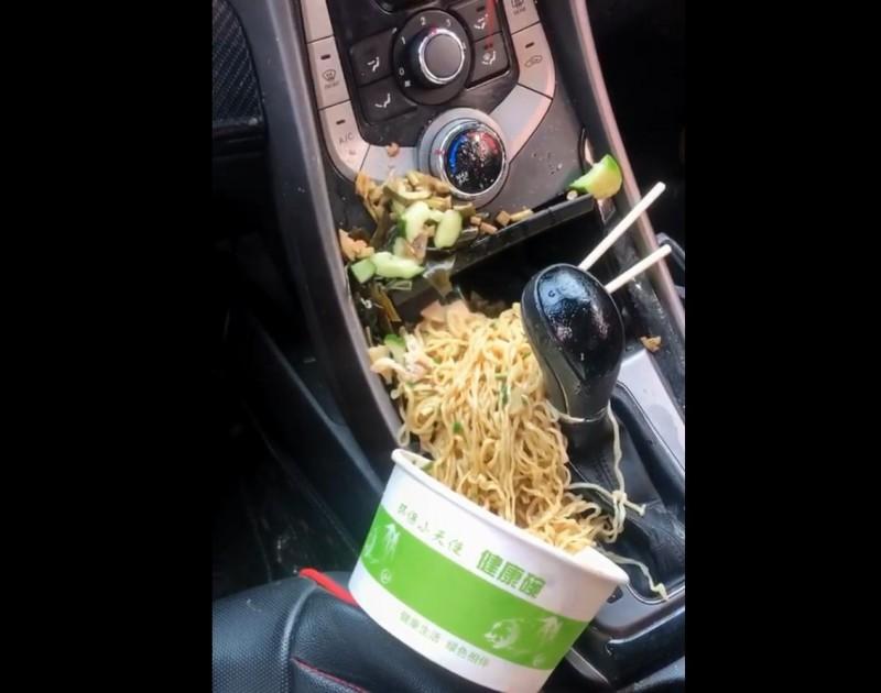 有名網友分享了一幕讓許多人看了都捏一把冷汗的畫面,還在冒煙的整碗滷味直接倒在排檔桿上,讓許多網友看了都傻眼笑說「在車內吃麵實在是勇氣可嘉」。(圖擷自爆廢公社)