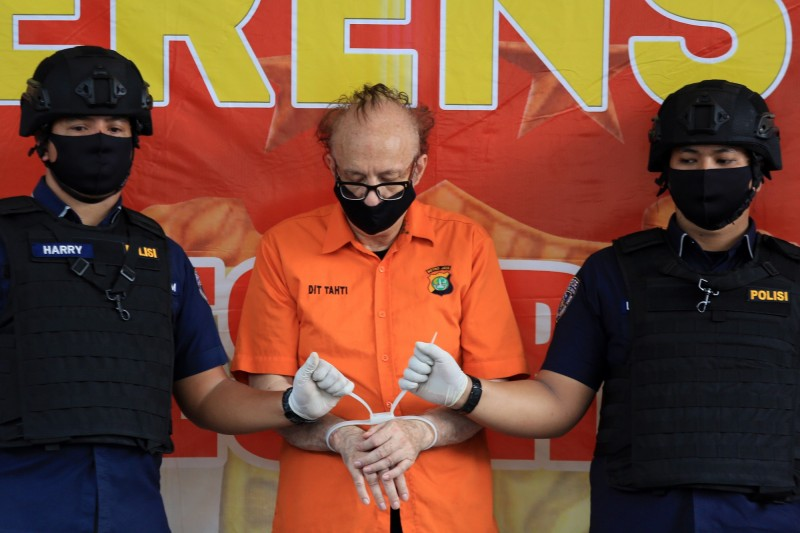 印尼有位65歲的法籍男子卡米耶(圖中)因涉嫌性侵害至少305名印尼孩童,在上個月遭到印尼警方逮捕,最高面臨死刑或無期徒刑,不料他在警方拘留所畏罪輕生,送醫急救後仍在昨天宣告不治。(歐新社)