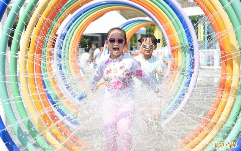 台北測站上午11時59分測出攝氏38.9度高溫,創下7月最高紀錄。在剛揭幕的兒童新樂園「小小水樂園」中玩水的學生,則是搶先體驗新設施的清涼暢快。(記者劉信德攝)
