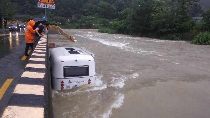 南韓南部近日(7月13日)傳出大雨災情,截至當地時間今天早上9點,南部地區出現200毫米以上超大豪雨,目前各地皆傳出災情,並造成至少4人死亡。圖為大邱有輛汽車遭到水淹。(歐新社)