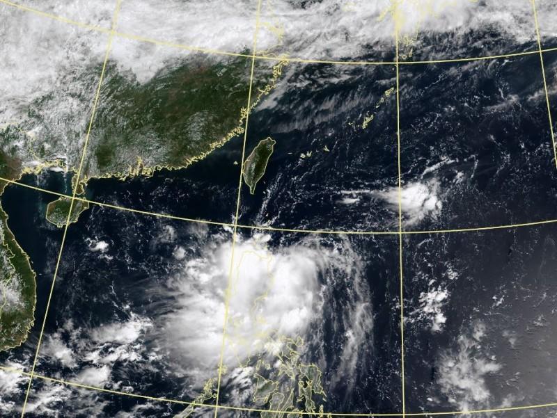 低氣壓今上午位置在菲律賓東方海面,向西北西緩慢移動,明後天逐漸北轉接近台灣東部近海。(圖擷自中央氣象局)
