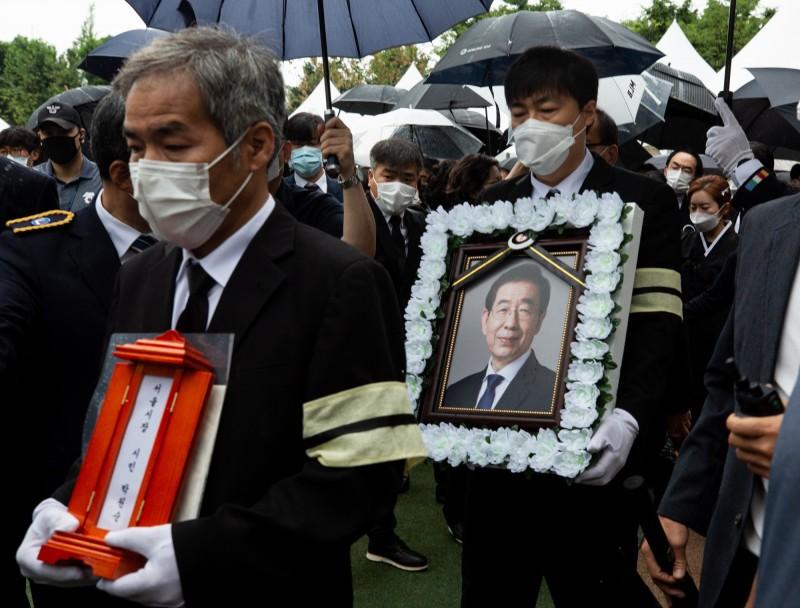 南韓首爾市長朴元淳今(13日)出殯,現場約有100多人參加,但有抗議者要大家記得性騷擾事件。(歐新社)