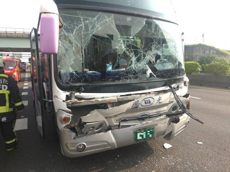 國道一號北上神岡到豐原路段發生國光客運追撞拖板車事故,造成13人受傷,醫院表示大都輕傷。(記者歐素美翻攝)