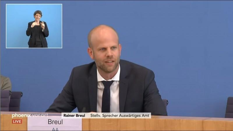 德國外交部官網近日悄悄將中華民國國旗撤下,10日時德國外交部副發言人布洛伊爾遭媒體追問。(圖擷自YouTube)