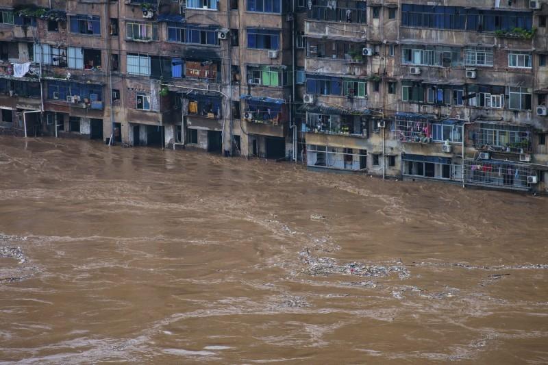 中國南方暴雨不停,水利部副部長葉建春今日表示,因雨帶北移,未來北方也恐爆「洪災」。(美聯社)