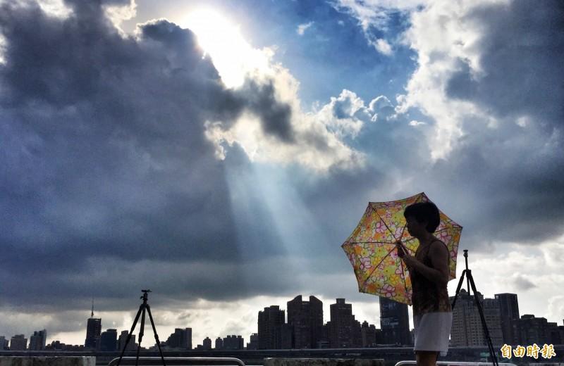 台灣近期高溫炎熱,氣象局提醒外出應做好防曬,阻擋陽光直接照射皮膚。(資料照)
