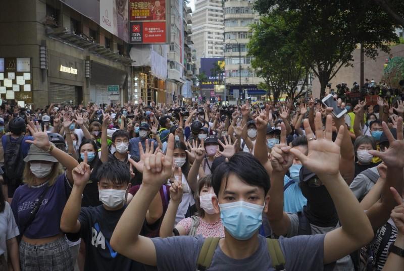 61万港人出门投票 王丹:港人会和北京斗到底
