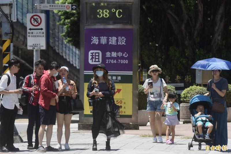 今日台北盆地及南投地區高溫有機會飆破38度。(資料照)