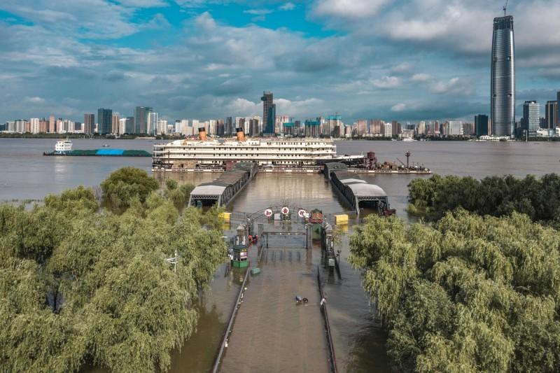 長江中下游一帶明日起將再度發生強降雨。圖為武漢長江河畔。(法新社)