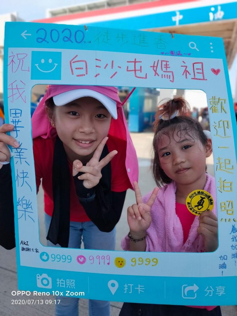 信徒們紛紛跟羅小妹(右)合照,為她加油打氣。(翻攝自「白沙屯媽祖全球徒步聯誼會」臉書)