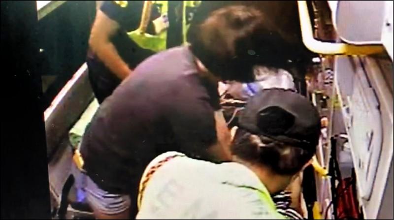 急診護理師邱妍蓁日前休假目擊一起車禍,眼見機車騎士倒地不起,她立即下車協助,並跳上救護車幫忙做CPR。(記者劉曉欣翻攝)