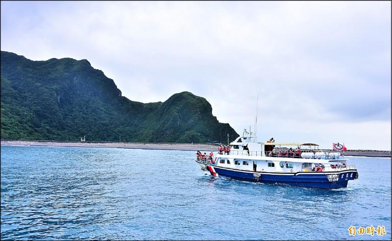 龜山島每天僅開放1800人登島,每人則收取清潔、設施等維護費共100元,維持島上的生態環境不受人為干擾。(記者張議晨攝)