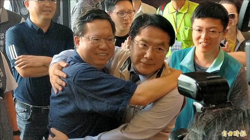 桃園市長鄭文燦(左)與台南市長黃偉哲(右)在台南合體,共同推出台南桃園雙方里民合作送客計畫。(記者劉婉君攝)
