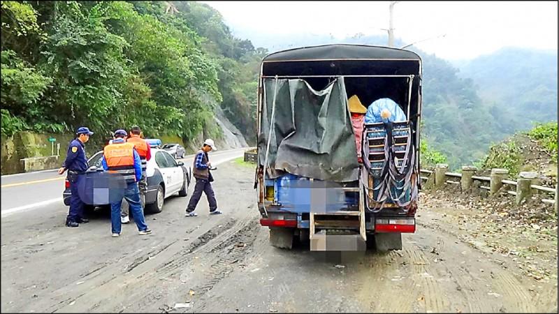 嘉義縣警方會同監理單位取締違規載運採茶工貨車。(記者蔡宗勳翻攝)