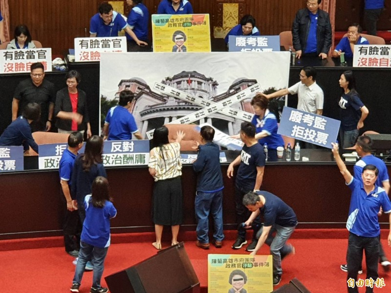 國民黨與民眾黨合作,在議場內拉開巨幅「查封監察院」的圖像,並高喊「在野合作,查封監院」。(記者謝君臨攝)