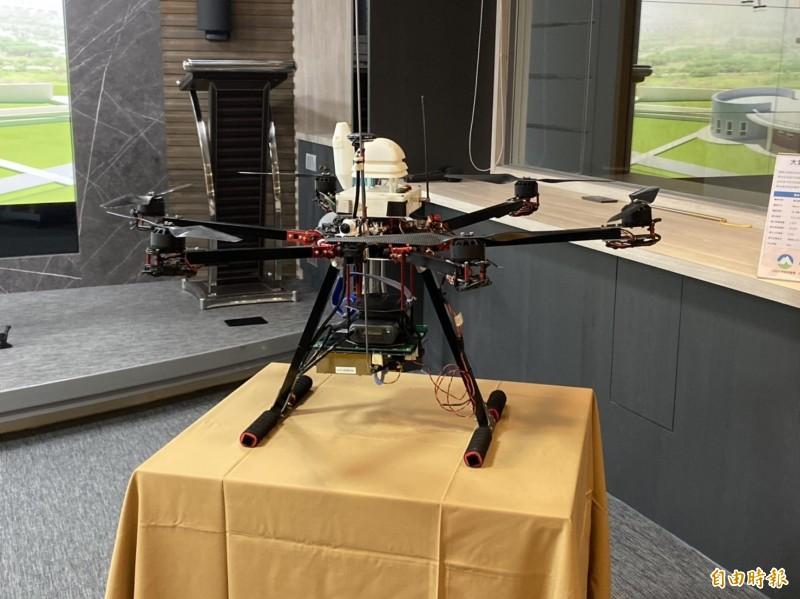 中央氣象局與中央大學合作首度在國內完成無人機垂直觀測作業。(記者蕭玗欣攝)