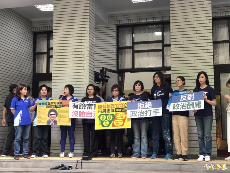 國民黨立委在議場後門圍堵監察院長被提名人陳菊,輪番發言批判。(記者陳昀攝)