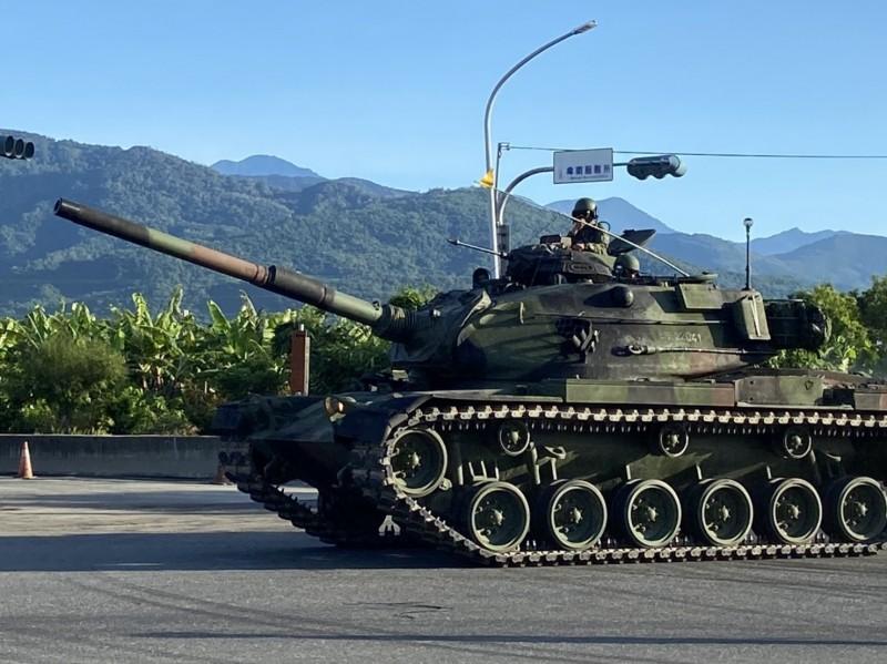 漢光36號演習,陸軍台東地區指揮部戰甲車開上街,巧遇民眾驚喜。(記者陳賢義翻攝)