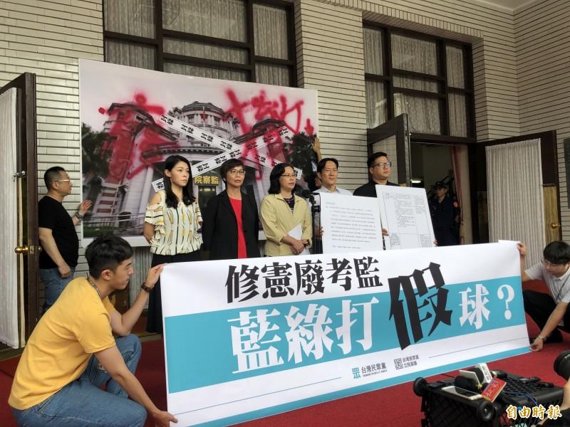立法院民眾黨團在議場外開記者會,痛批陳菊不適任。(記者陳昀攝)