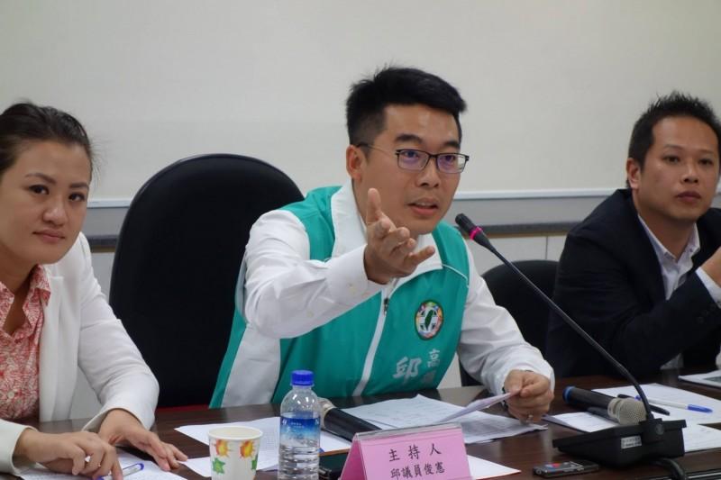 高市議員邱俊憲嗆李眉蓁,別不做功課、只學做韓國瑜2.0。(記者王榮祥翻攝)
