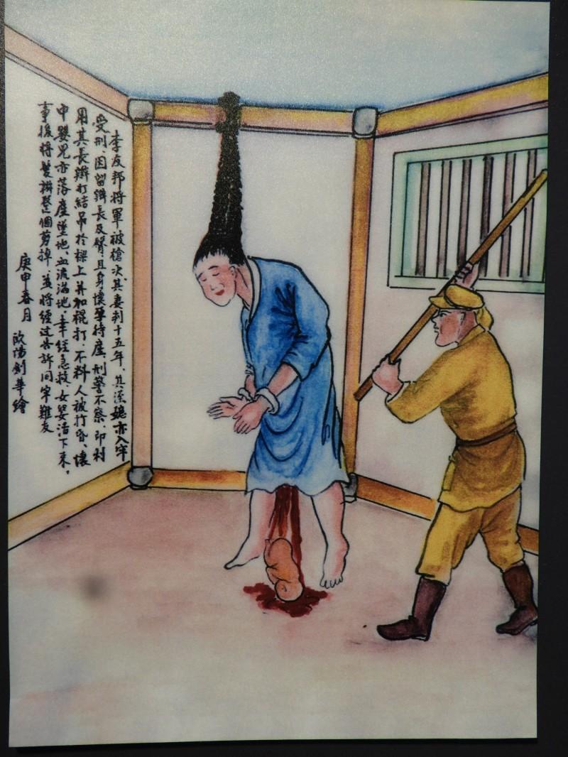 促轉會展出政治受難者歐陽劍華作品,介白色恐怖時代的各種刑求手段。圖為一名女性政治犯被打到流產。(記者陳鈺馥攝)