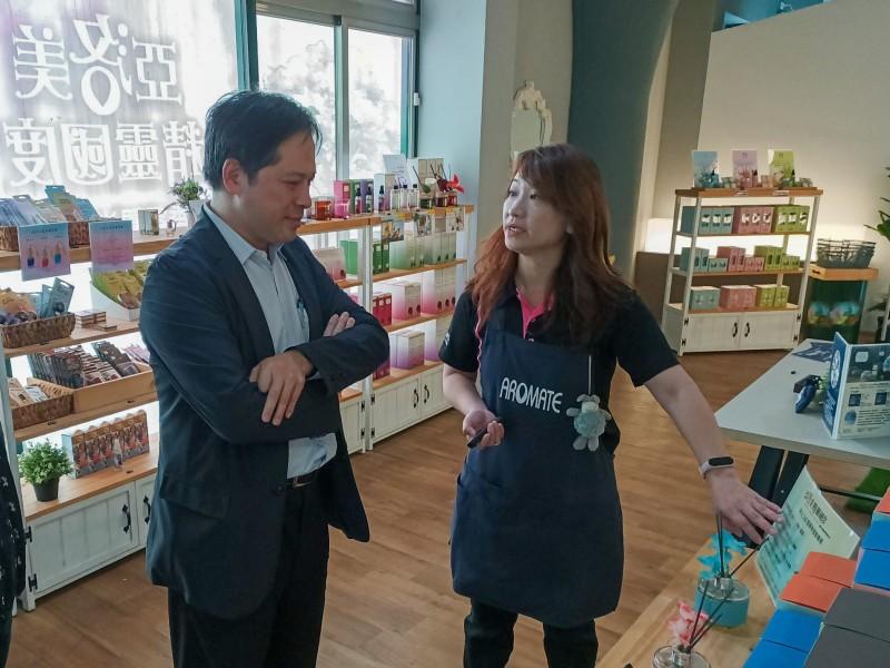 新北市副市長吳明機今天下午提前到亞洛美觀光工廠訪視。(新北市政府經濟發展局提供)