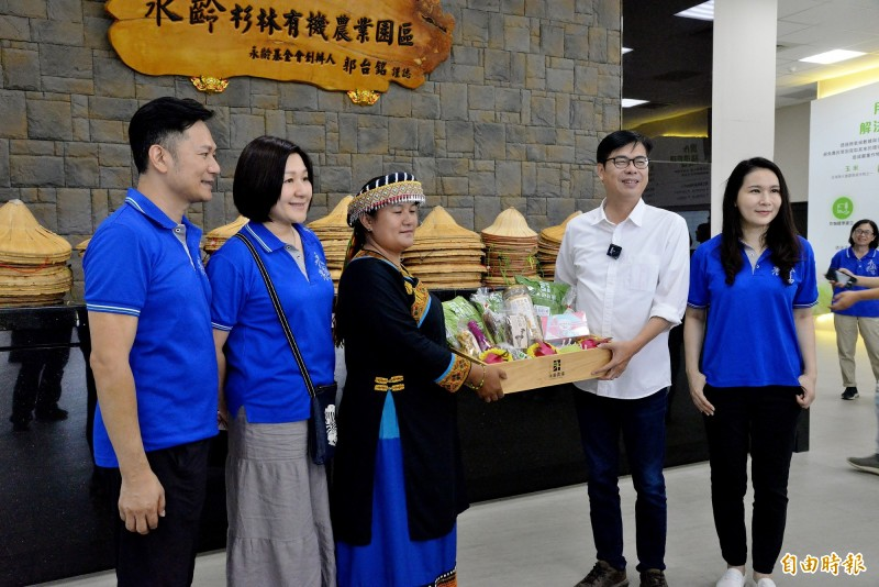 陳其邁造訪永齡農場,永齡慈善教育基金會執行長劉宥彤(右)、永齡農場執行長白佩玉(左二)全程陪同。(記者許麗娟攝)