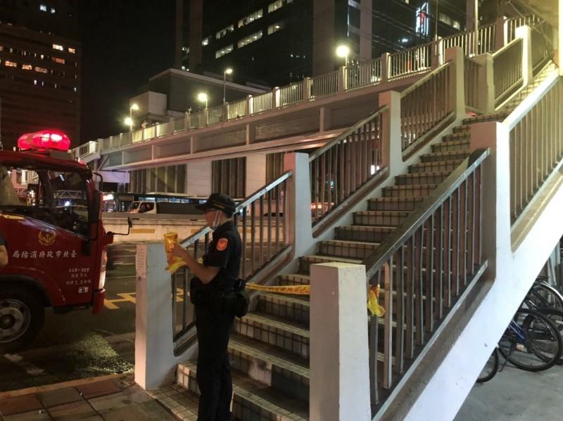 監察院前的天橋傳出男子自焚事件。(記者劉慶侯翻攝)