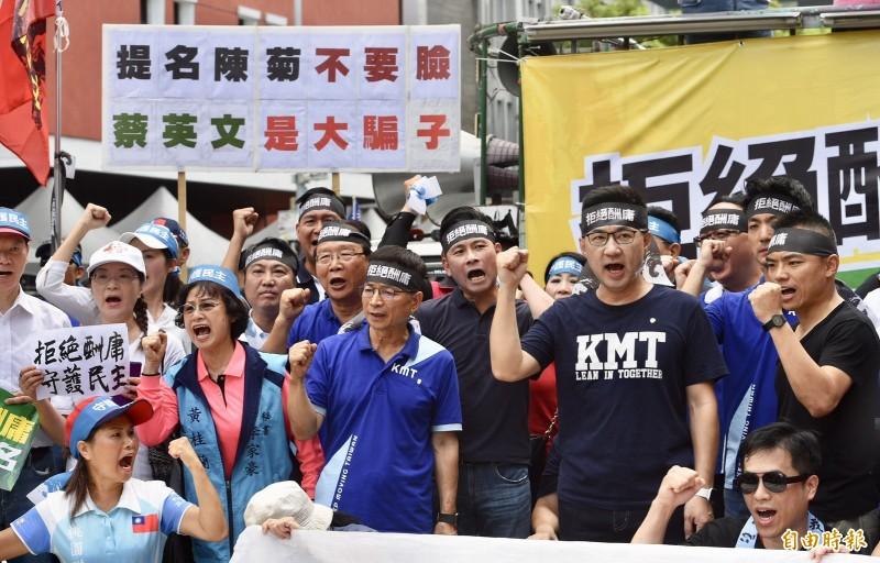 國民黨主席江啟臣(右2)站上戰車向群眾喊話,強調國民黨拒絕監院東廠化,絕不接受提名。(記者羅沛德攝)