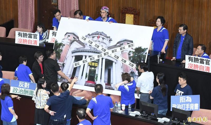 杯葛監察院長被提名人陳菊審查,民眾黨立委與國民黨聯手,在場中高喊「在野合作,退回陳菊」口號。(記者廖振輝攝)