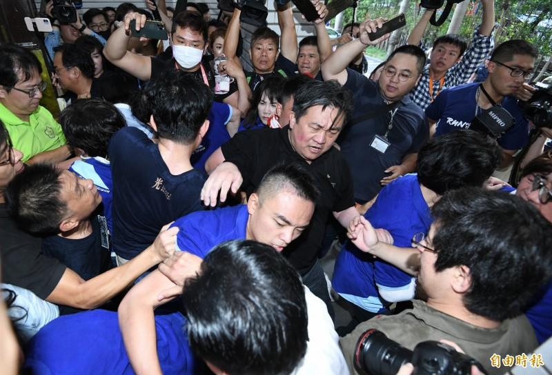 國民黨立委企圖從議場後方進入,和防堵的民進黨立委爆發肢體衝突。(記者廖振輝攝)