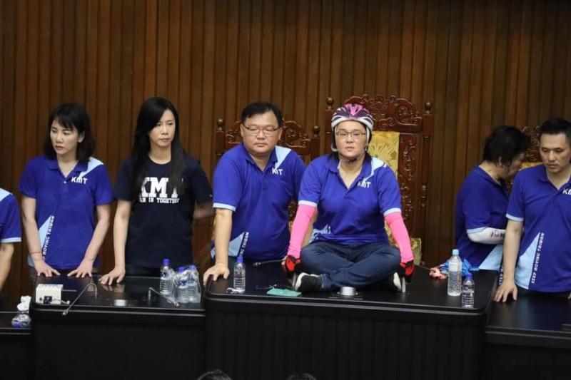 陳玉珍在臉書(左4)說,這一回合是國民黨勝利。(圖擷取自陳玉珍臉書)