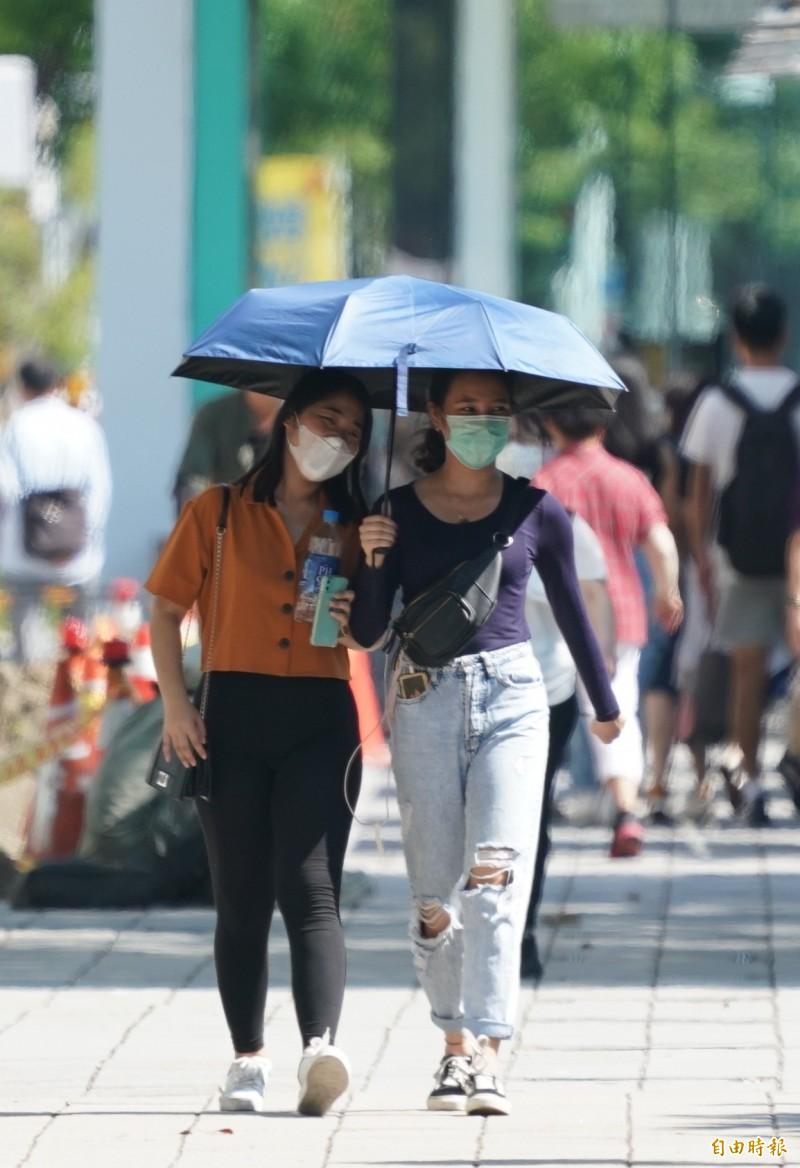 今日各地晴朗酷熱,民眾外出應注意防曬、防中暑。(資料照)