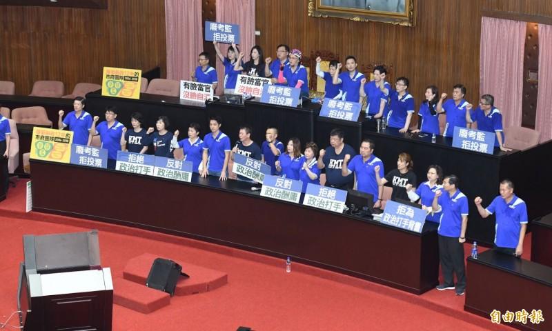 國民黨立委一早霸佔主席台導致立法院無法開會,監察院長被提名人陳菊雖順利進入立院,不過仍無法上台備詢,在民進黨立委的協助下,於11點20分左右搭車離開立法院。(記者廖振輝攝)