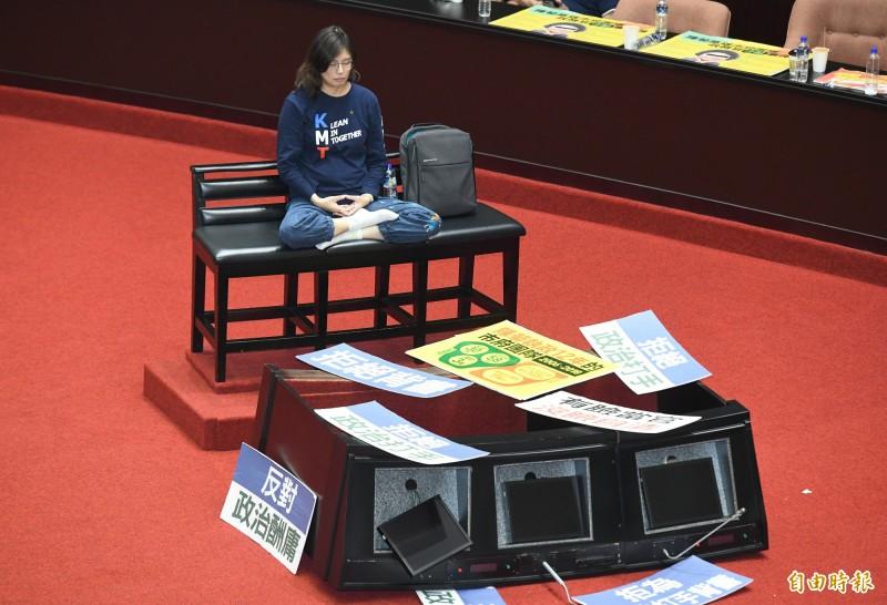 杯葛監察院長被提名人陳菊審查的國民黨立委翻倒發言台與備詢台,藍委鄭麗文在僵持的空檔索性在場中打坐。(記者廖振輝攝)