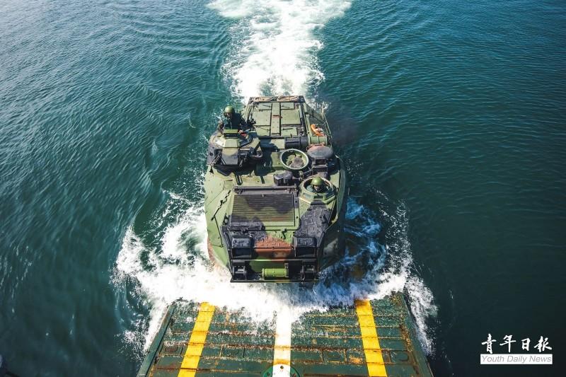 AAV7兩棲突擊車泛水搶灘。(青年日報提供)