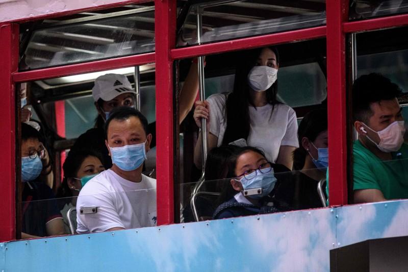 香港武漢肺炎疫情進入第三波爆發期,今天(7月14日)單日新增48名確診病例,其中有8人境外輸入、16人本土感染,另外有24人感染路徑不明。圖為香港巴士。(法新社)