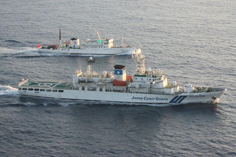 日本海上保安廳表示,今日4艘中國海警局船隻接連入侵尖閣諸島領海,為今年第17次。圖為日本海上保安廳巡邏船在尖閣諸島海域驅逐中國海警船。(路透)
