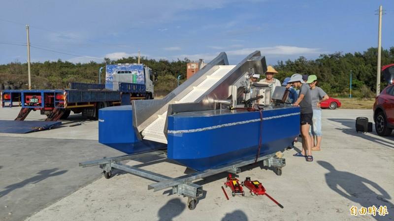 「海洋吸塵器」第二代湛藍機於永安漁港執行實測。(記者許倬勛攝)