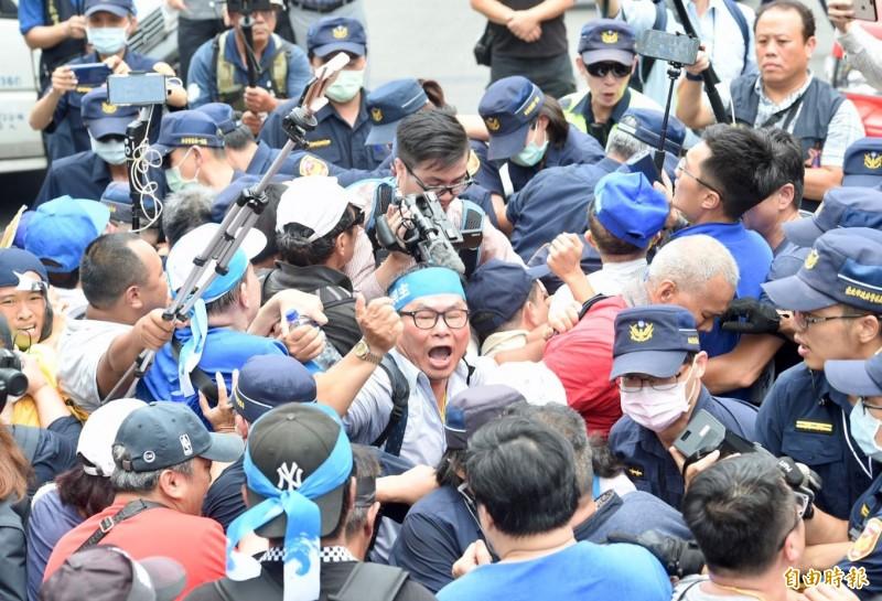國民黨與泛藍團體動員數百人到立院周邊抗議,抗議群眾一度試圖轉往監院前繼續抗議,與警方發生推擠衝突。(記者羅沛德攝)