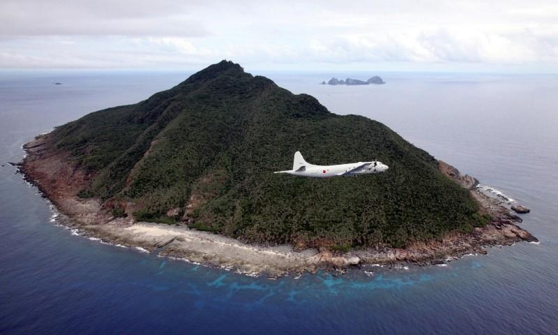 日本2020年版《防衛白皮書》指出,中國軍隊不斷在釣魚台周邊(日稱尖閣諸島)持續「改變現狀」的活動,建構跨越第一島鏈,將戰力投射到涵蓋第二島鏈海域的能力。圖為巡弋尖閣諸島的日本自衛隊P-3C海上巡邏機。(法新社)