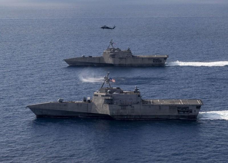 美國海軍第7艦隊表示,在南海巡弋的獨立級「嘉貝麗·吉福茲號」近岸作戰艦(LCS 10、照片下方)迎來新成員,包含1架MH-60S「海鷹」直升機和2架MQ-8B「火力偵察兵」無人機,大幅提高了火力和探測能力。(照片取自美國海軍)