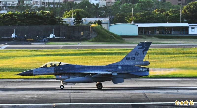 F-16戰機噴出美麗的橘紅色尾熖,在晨曦中顯得格外亮眼。(記者游太郎攝)